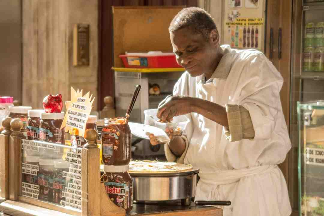Comment mettre la pâte à crêpes dans la poêle?